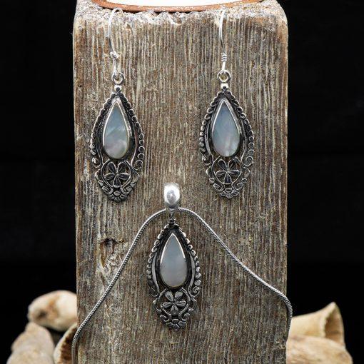 Set de cercei si pandativ din argint, cu sidef  Produs
