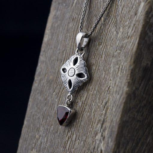 Set cercei si pandantiv din argint cu granat  Produs