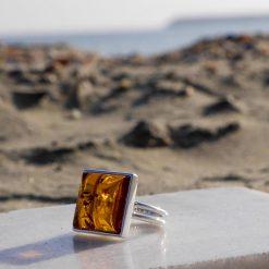 Inel din argint reglabil cu chihlimbar și piatra patrată
