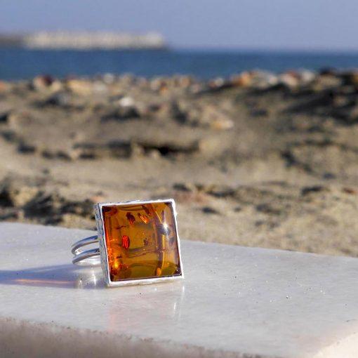 Inel din argint reglabil cu chihlimbar și piatra patrată și model montură